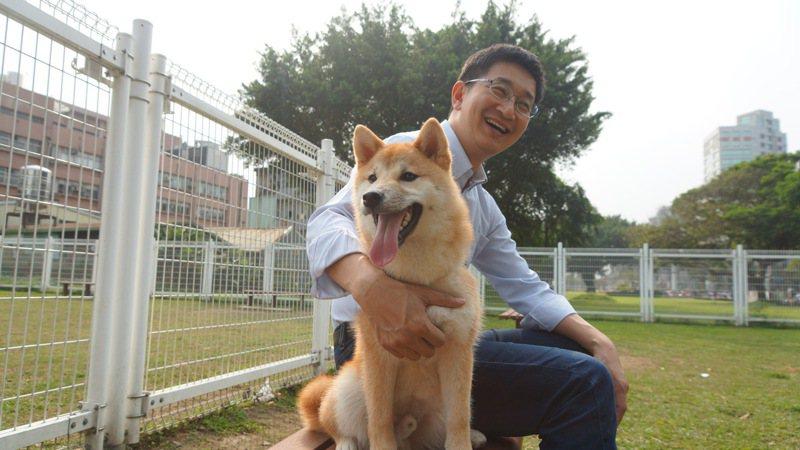 立委蔡適應自己有養狗的經驗指出,公寓大廈得以規約方式禁止住戶飼養寵物,造成鄰里爭執,衍生社會問題,這是需要修正的關鍵。圖/立委蔡適應提供
