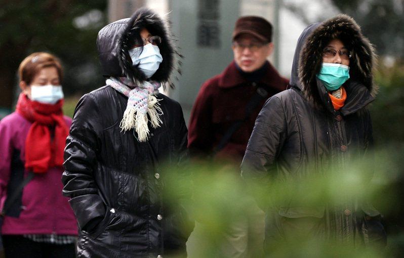 今天清晨高雄以北、宜花地區最低溫只有八度,竹苗及台中沿海空曠地區恐下探六度,北台灣氣溫整日不高於十五度,民眾仍要注意保暖。記者侯永全/攝影