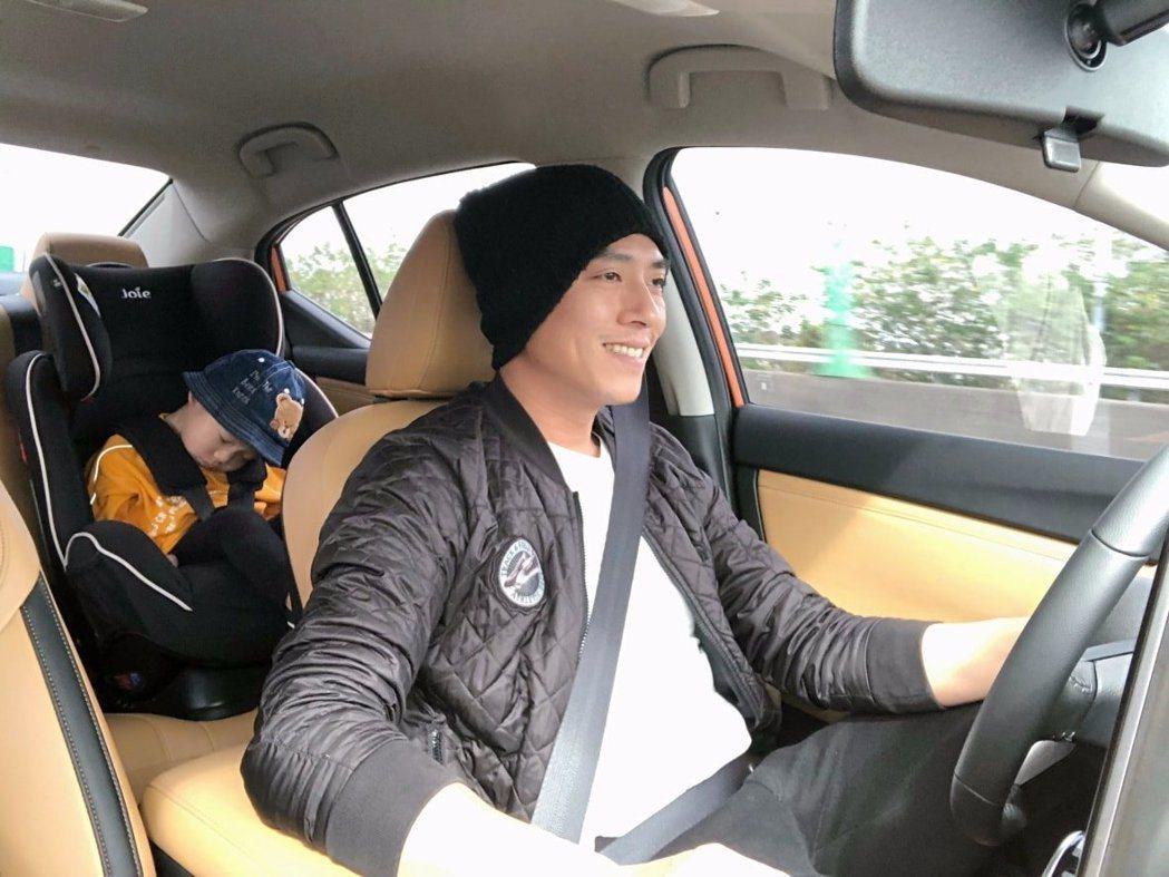 莊凱勛與兒子Mars。圖/摘自臉書