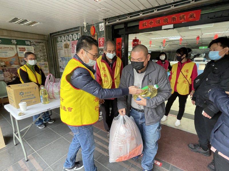 新北市道德慈善會捐贈低收入戶家庭物資及紅包。圖/坪林區公所提供
