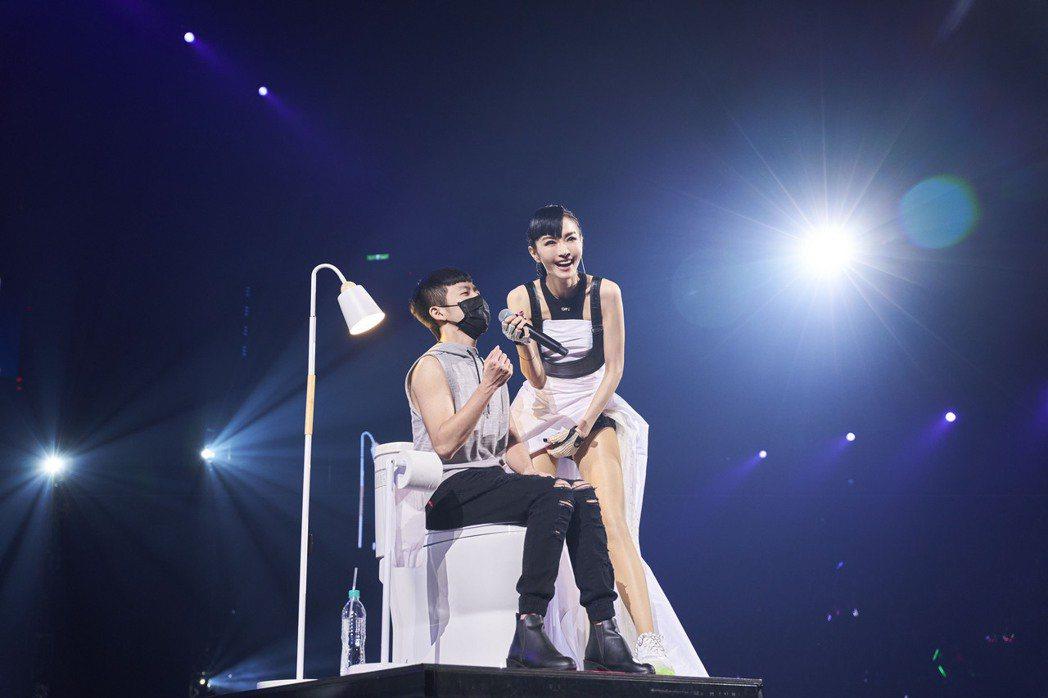 謝金燕(右)即興Cue粉絲上台合唱。圖/開麗娛樂提供