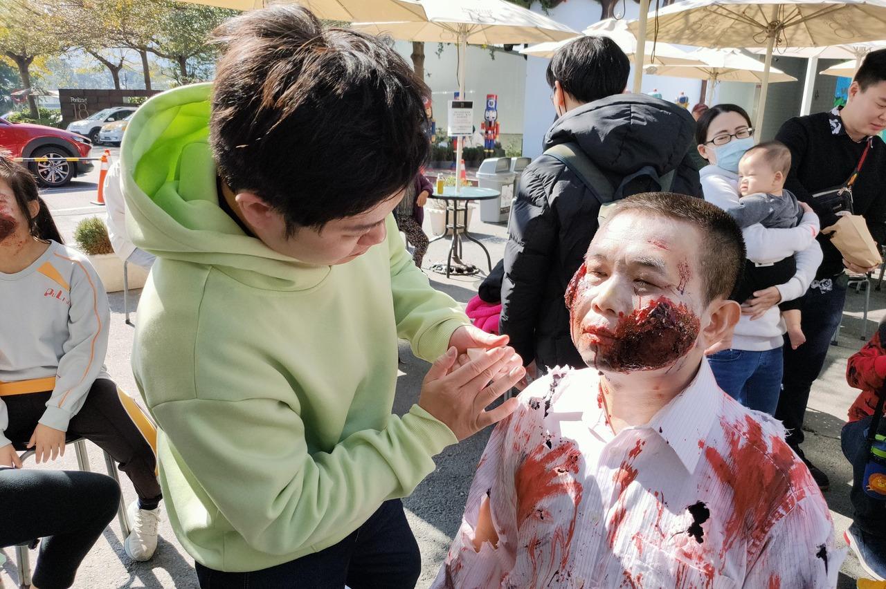 巧克力名店老董豁出去 扮喪屍上街頭「哭悲」