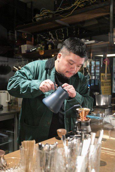 迪拉研究手沖咖啡多年,也收藏不少咖啡相關器具。攝影/陳立凱