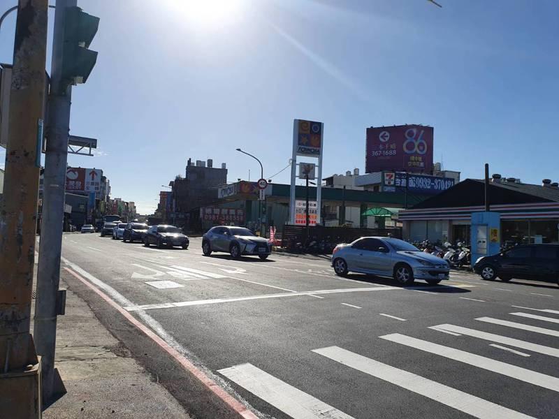 桃園市交通局將八德區和平路上預鑄式側溝及部分人行道削除,並鋪上柏油增加1個車道,紓解車潮。記者陳夢茹/攝影