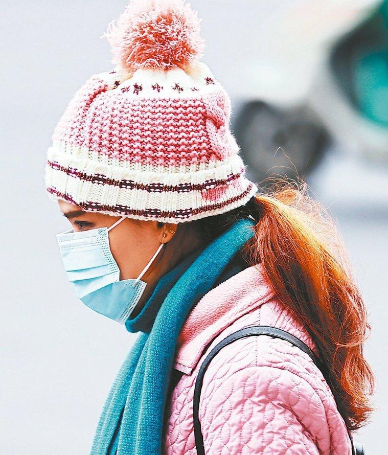 強烈冷氣團來襲,台北市立聯合醫院中醫院區中醫師申一中提醒,頭部和頸部也是保暖重點...