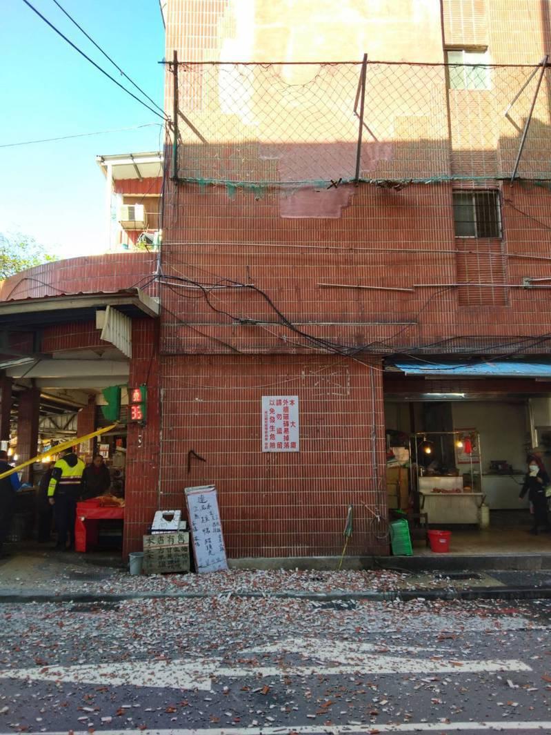 基隆某國宅外牆磁磚日前大面積迸裂,掉落地面,警方管制人車通行,以免被砸傷。記者邱瑞杰/攝影