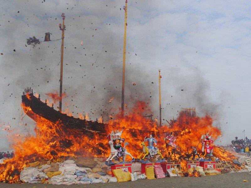 高雄茄萣萬福宮王船建醮進入最高潮,華麗王船昨在海邊火化,眾人送瘟迎福。記者徐白櫻/攝影
