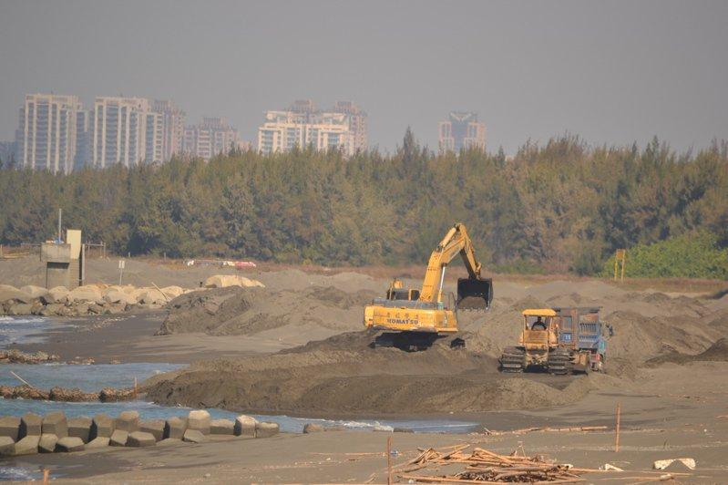 水利署第六河川局啟動黃金海岸灣裡海堤環境營造工程,在灣裡段海灘上養灘。記者鄭惠仁/攝影