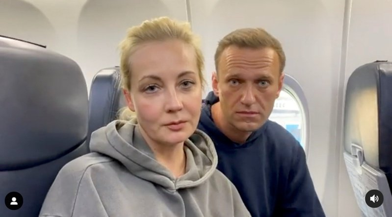 Instagram影片畫面顯示,納瓦尼與妻子從柏林搭機返國。(路透)