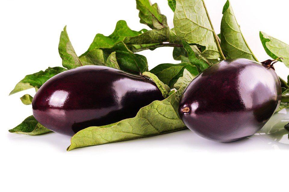 茄子料理變化多且各具特色,較為養生的吃法,是簡單蒸熟成茄泥後,再拌入好油,能吃到...