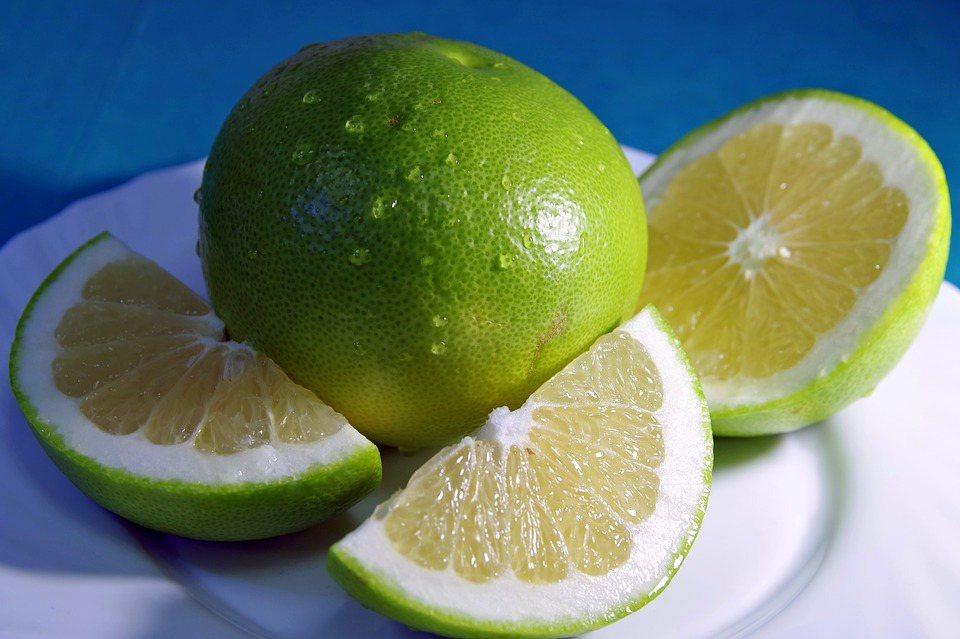 青皮白肉的甜葡萄柚,其實是柚子樹接枝葡萄柚的果實。 圖/pixabay