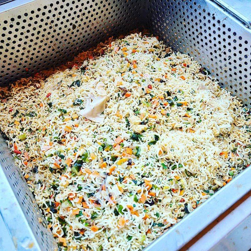 南投石龍宮設有免費泡麵,提供民眾食用,不過有網友發現廚餘桶塞滿麵條,大嘆「很浪費」。圖/取自臉書