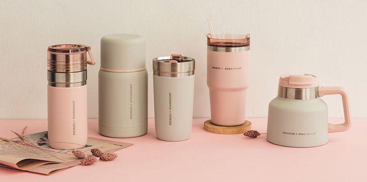 星巴克XStanley最新聯名以內斂的清水模灰搭配淡淡甜美的煙粉紅,給人春意盎然...