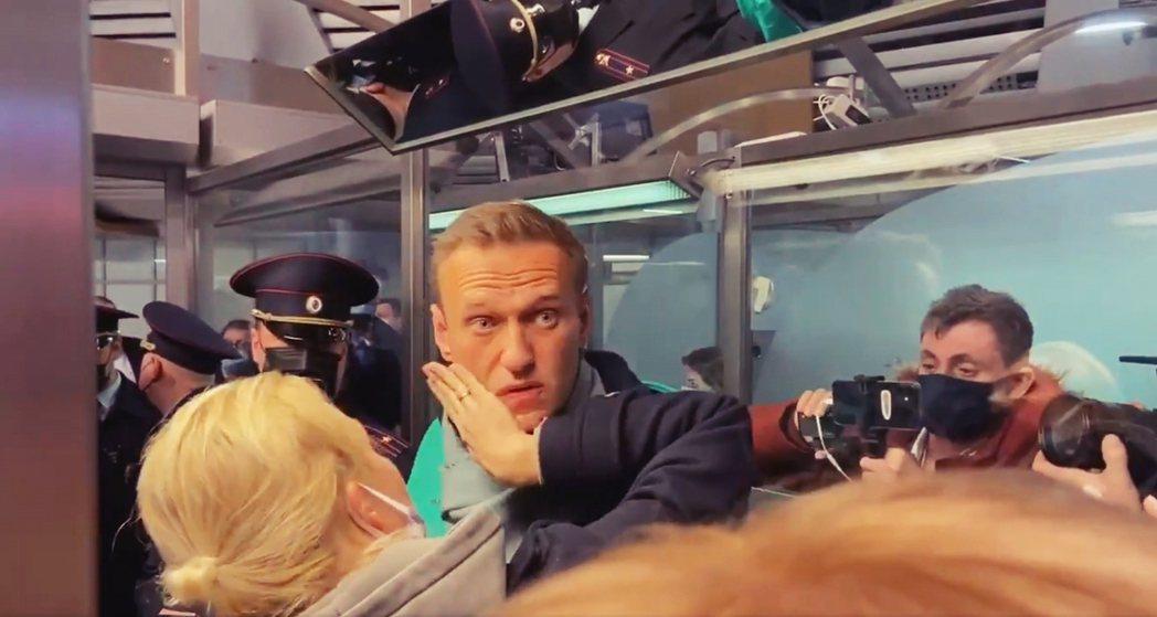 走下機艙、進入海關護照檢驗區的納瓦爾尼,則隨即被蒙面警察「逮捕逮走」。 圖/歐新...