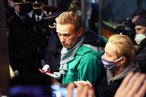 納瓦爾尼在護照檢驗口處被蒙面警察強行拘捕,全案一瞬間引發了歐美各國對俄的嚴重譴責...