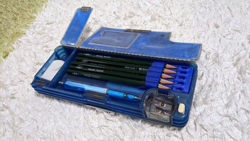 日本一位網友近日在twiiter上分享,表示他應該是全京都大學內,唯一一個在用這款小學生式鉛筆盒的人。圖擷取自twitter
