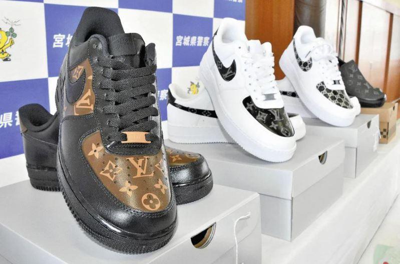 日警展示查獲的假名牌鞋。圖取自讀賣新聞