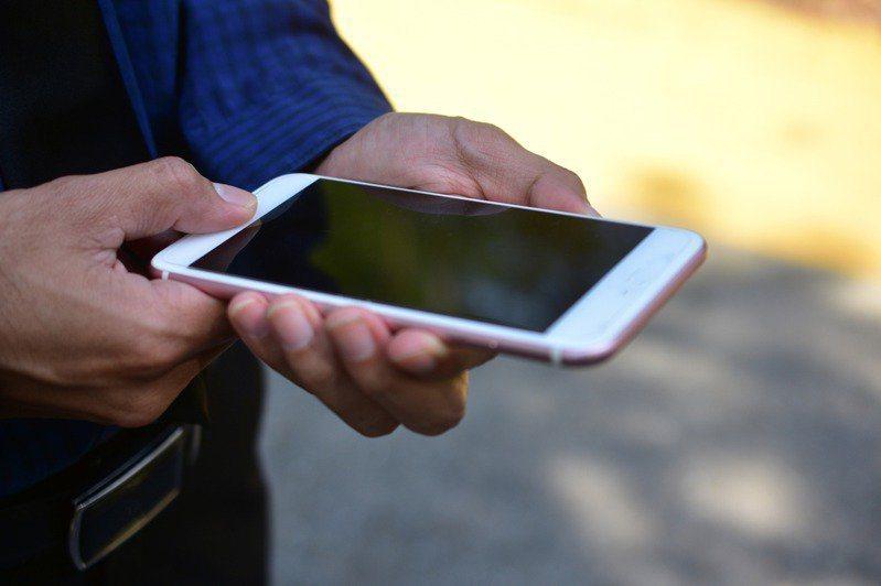 一名14歲的男童因在吃飯時間只顧玩手機,於是爺爺便將手機拿走,此舉讓該男童一氣之下將爺爺殺害。 示意圖/ingimage