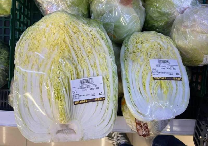 網友發現同價格體積大小卻不同的大白菜,讓他猶豫該如何挑選。圖擷自facebook