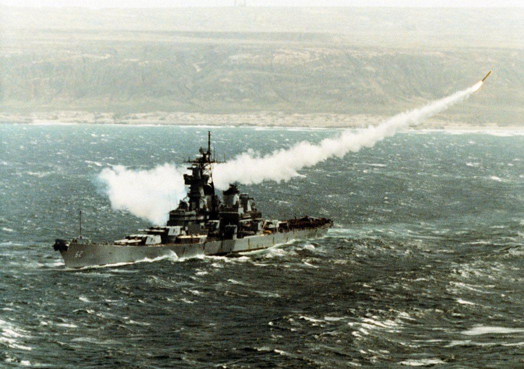 更具創意的招數則是將二戰戰鬥艦愛荷華級復役並裝上戰斧飛彈,因為這是唯一比航艦還耐...
