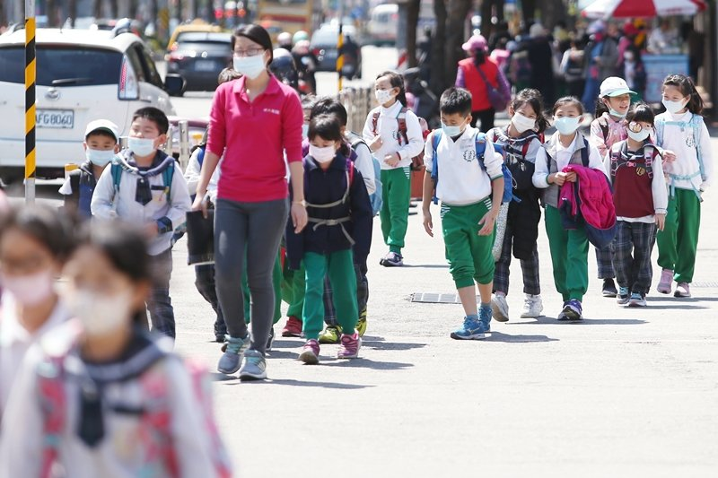 教育部規定,天氣寒冷時,學校應開放學生在校服內、外均可加穿保暖衣物,並同時禁止相關體罰。 圖/聯合報系資料照