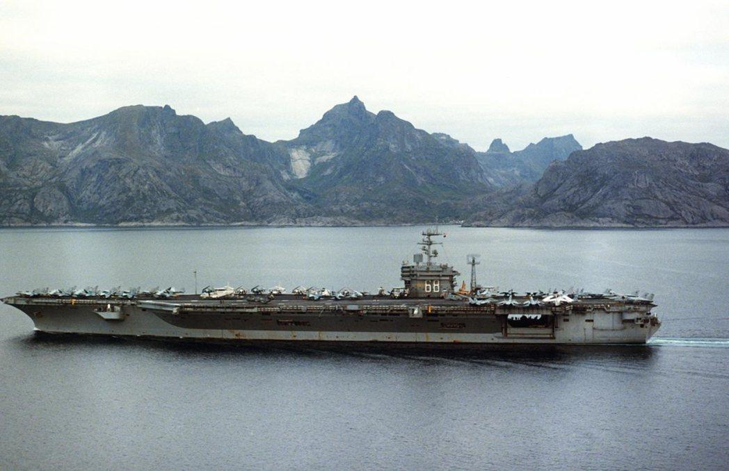 在1986年「北方婚禮」演習中進入挪威峽灣的尼米茲號航艦,由於地形遮蔽雷達信號,...