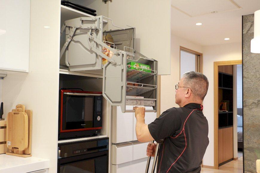 裝設下拉式櫥櫃方便長者取用。 圖/于有慧 攝影