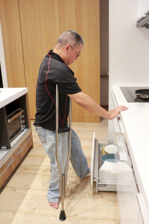 櫥櫃加上特殊五金,用腳即可拉出抽屜,減少彎腰的機會。 圖/于有慧 攝影