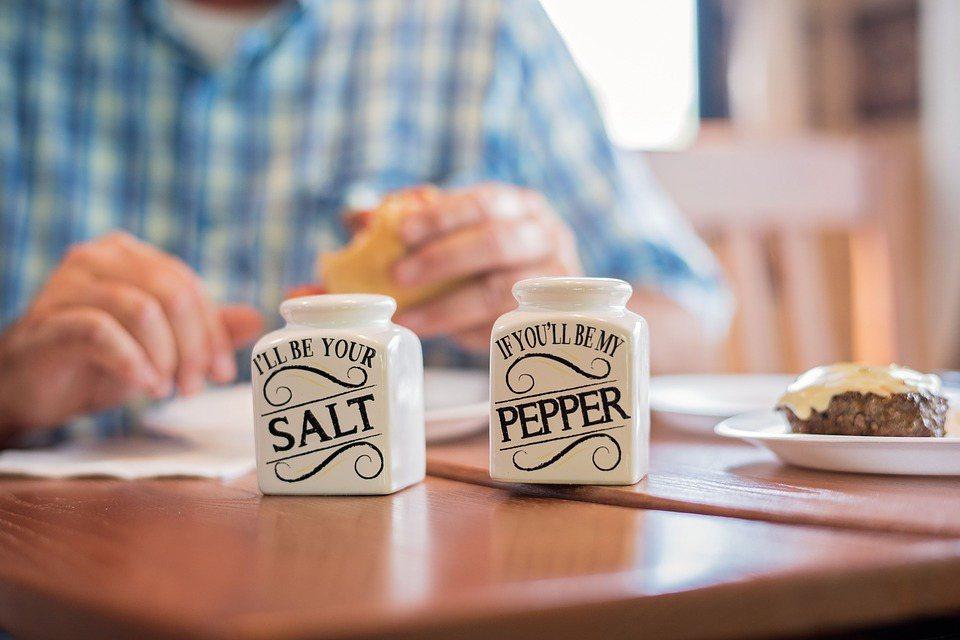 食鹽吃太多,大家的鈉攝取量過高;有許多短期研究顯示減鈉可略降血壓,但是並沒有一個...