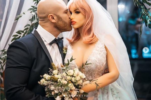 男子托洛奇科去年跟情趣娃娃結婚。 圖/取自yurii_tolochko IG