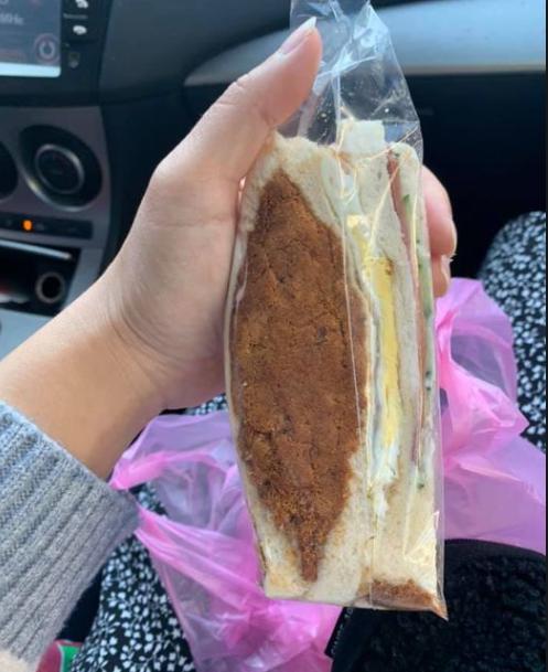 一名女網友買到超佛心的肉鬆三明治,引發熱議。圖擷自臉書