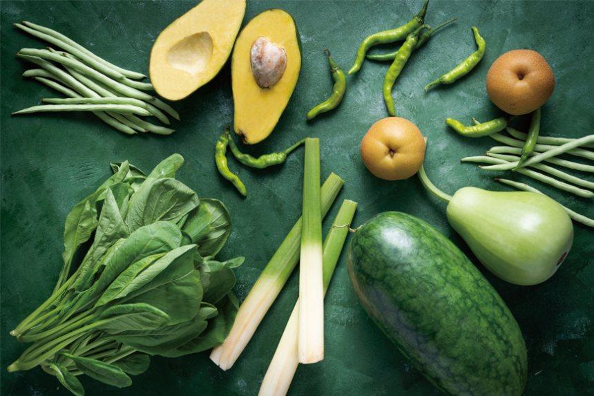 被陽光滋養的蔬果,呈現鮮活雀躍的綠。深深淺淺點綴一桌的綠,新鮮躍然於餐食之間,別...