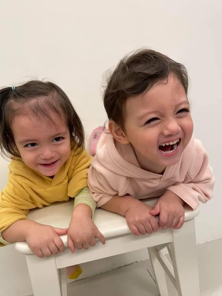 雙胞胎Inès和Lola如今頭好壯壯,姊妹感情愈來愈好。 圖/周宥卉提供