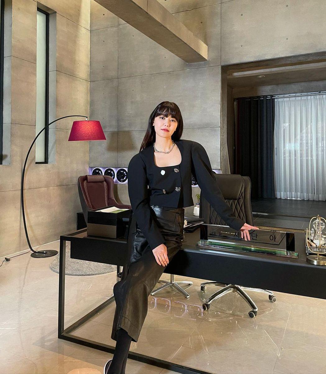 秀英在「Run on」中飾演體育經紀公司代表「徐丹雅」。圖/擷自IG