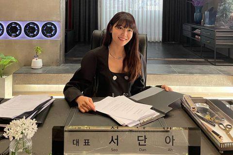 少女時代成員、演員秀英(崔秀榮)是南韓腿精代表人之一的,一雙大長腿自出道以來就讓人相當羨慕,最近在演出的新劇「Run on」中飾演體育經紀公司代表「徐丹雅」,霸氣且毒舌,戲中還為男女主角戀情助攻,讓...
