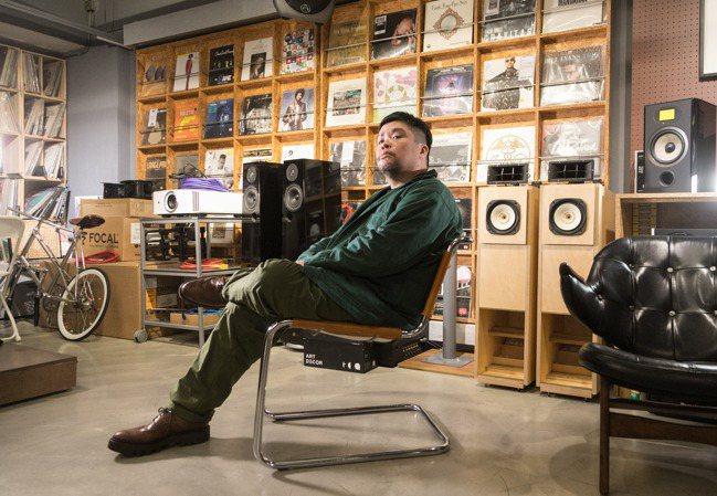 迪拉大學就開始吸收各方音樂流派,公司內也可見到許多唱片收藏。(陳立凱/攝影)
