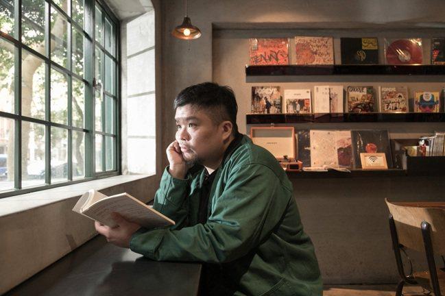 私下的迪拉熱愛閱讀,尤其偏愛莊子等玄學心靈典籍。(陳立凱/攝影) 陳昭妤