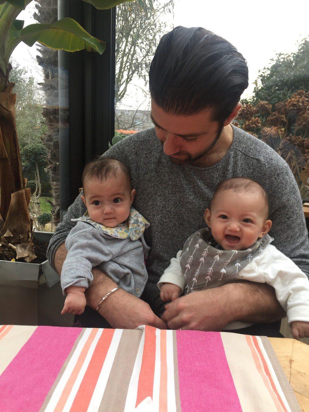 在法國家中,Guillaume抱著雙胞胎女兒Inès和Lola,每日珍惜著得來...