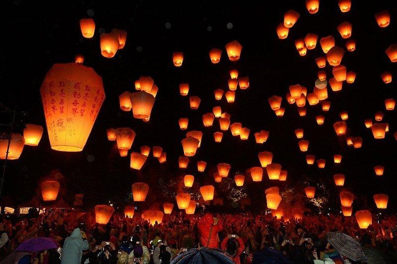 理想大地在春節期間每晚舉辦放天燈祈福活動。 業者/提供