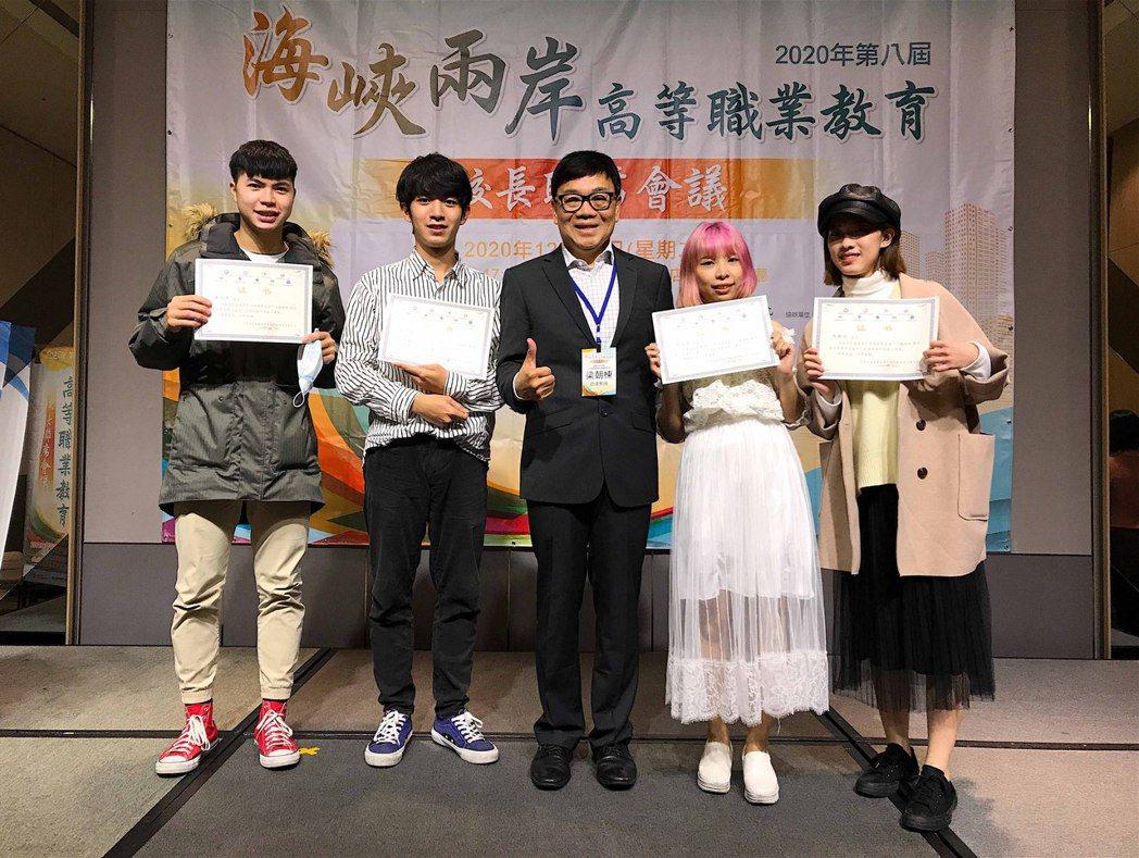 學生團隊以《五百元的報恩》榮獲三等獎。龍華科大/提供