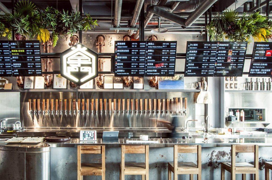 充滿海洋風情的掌門棧二庫門市提供36款生啤,成為在地打卡熱門點。 掌門精釀啤酒/...