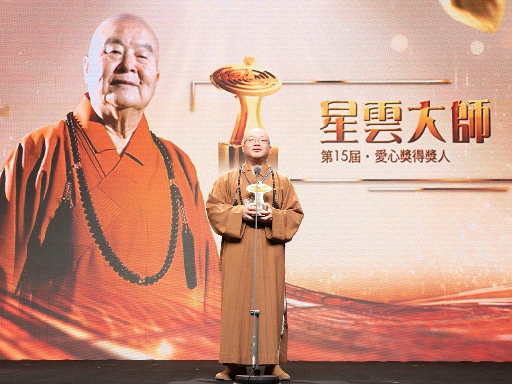 得獎人星雲大師代表-佛光山住持心保和尚(中)。