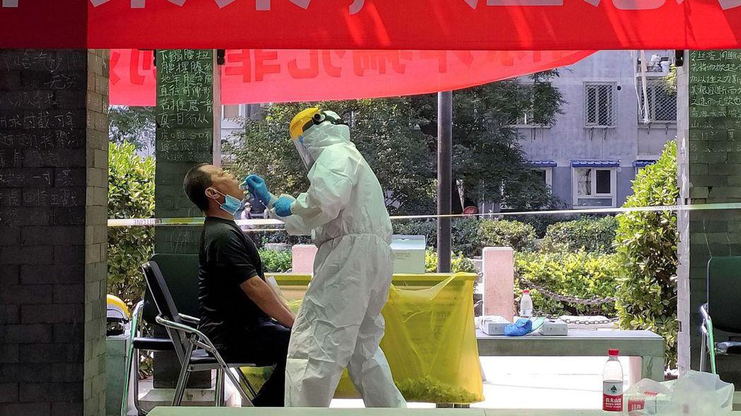 中國大陸透過強力措施遏制新冠疫擴散,但也產生一些副作用。圖/路透