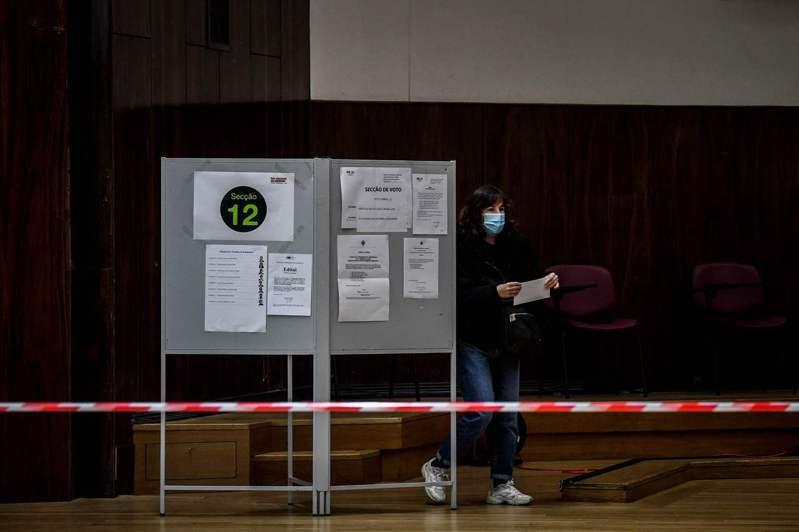民眾提早為下週登場的葡萄牙總統大選投下選票。圖/法新社