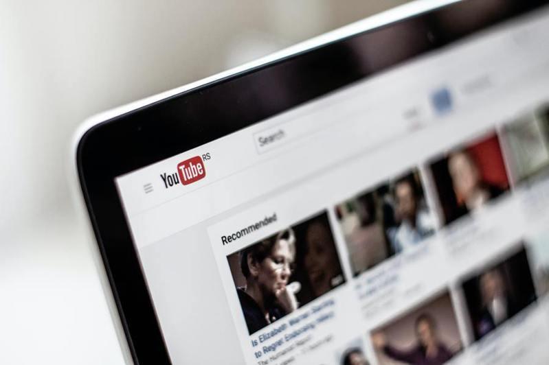 Youtube封鎖川普的行動比其他平台緩慢,遭到批評,但也有專家認為社群平台不輕易站隊是正確的。(Photo by NordWood Themes on Unsplash)