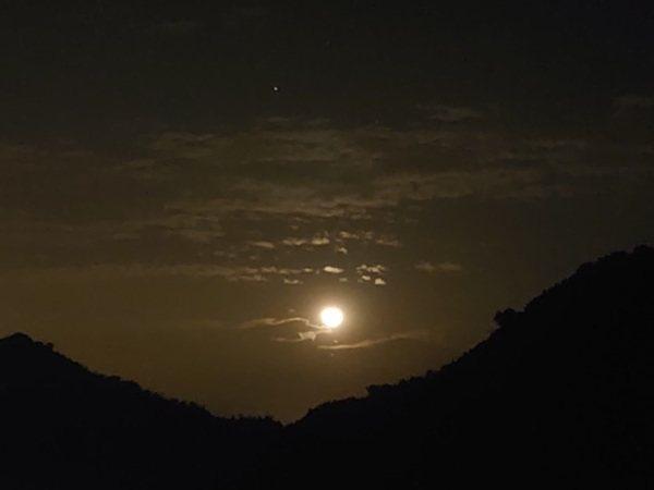 日出星空房窗景