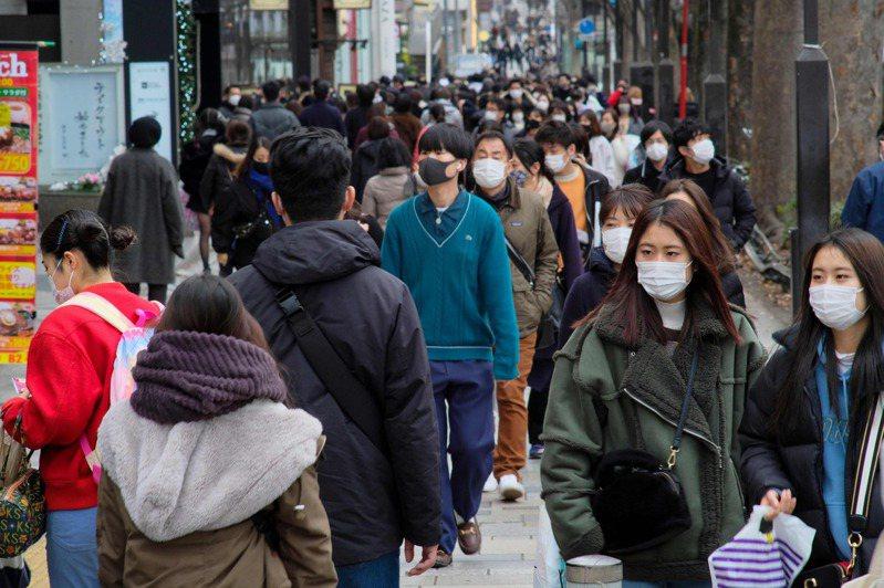 日本政府呼籲東京民眾避免外出,東京原宿街頭十七日卻充斥人潮。(法新社)