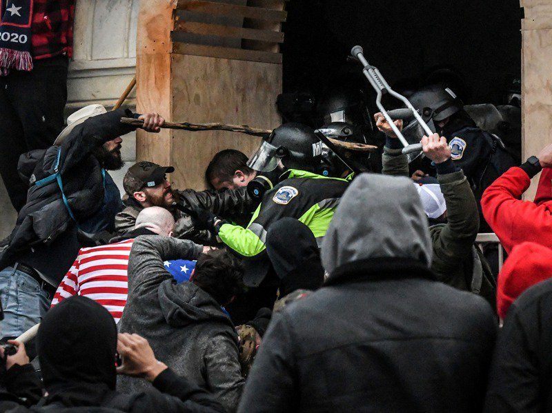 美國總統川普支持者六日在國會大廈外和警方爆發肢體衝突,試圖闖進國會。(路透)