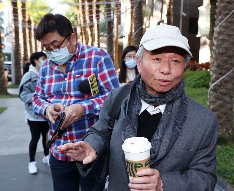楊志良(右)日前「開除說」引發醫界及網友撻伐,但在該醫院爆發群聚感染後,反被喻為...