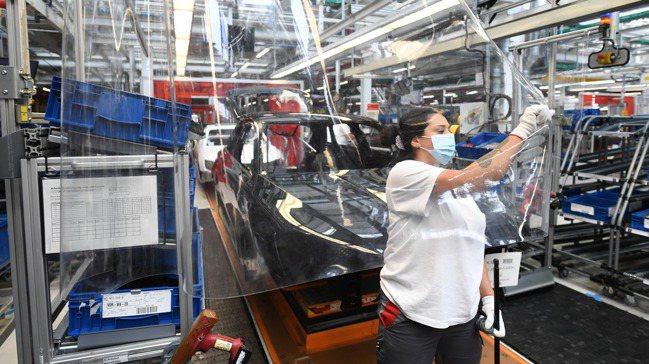 奧迪受車用晶片短缺衝擊,部分高價位車款延後生產,逾1萬名員工放無薪假。 路透
